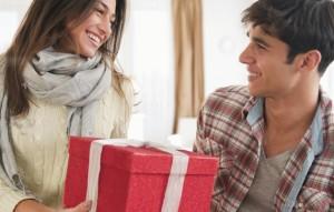 дарит подарок парню на новый год