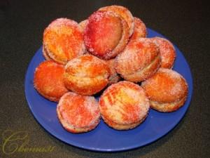 Пирожные сладкие персики