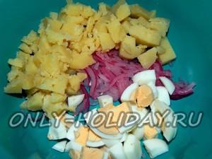 В салатнике смешать маринованный лук и нарезанный картофель и яйца