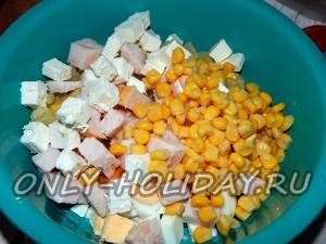 Добавить в салатник кукурузу, нарезанную ветчину и сыр