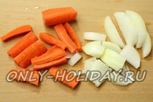 Нарезать крупно морковь и лук