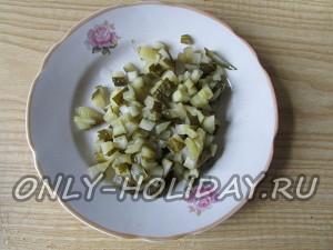 нарезать огурцы для новогоднего салата Обезьянка