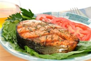 Стейк из лососины вместе с лисичками в майонезном соусом