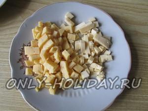 сыр нарезать кубиками для новогоднего салата Обезьянка