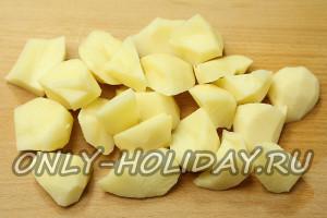 Для карри с цветной капустой крупно нарезать картофель