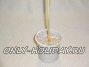 в центр стаканчика с раствором вставляем несколько деревянных шпажек и даём алебастру застыть
