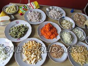 все подготовленные ингредиенты для новогоднего салата Обезьянка