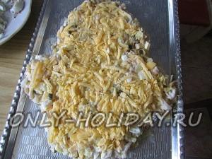 посыпать салат Обезьянка сыром