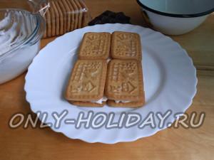 На блюдо выложить 4 печенья, нанести крем, сверху закрыть еще печеньем