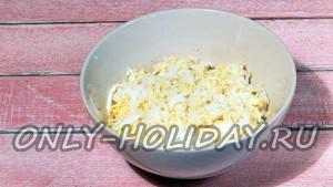 Натереть яйца на мелкой терке