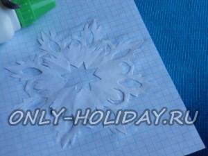 Вырежьте из белой бумаги снежинку, диаметром, подходящим для диска