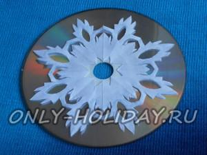 не спеша приклейте снежинку к диску