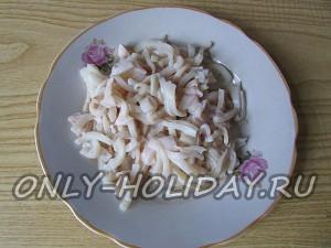 нарезать кальмары для салата Обезьянка