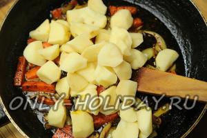 В сковороду с карри добавить картофель