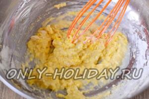 смешать муку, яйца и соль с сахаром