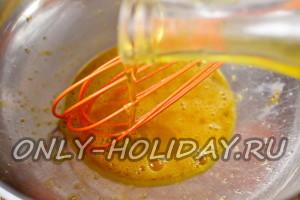 в яйца влить масло