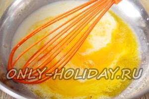 добавить молоко к яйцам