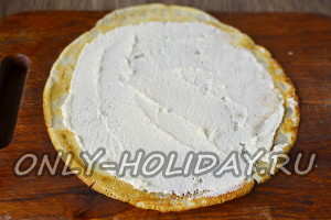 блины смазываем сливочным сыром