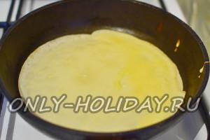 на сковороду вылить порцию теста для блинчиков на молоке