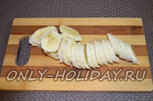бананы нарежьте тонкими кружочками