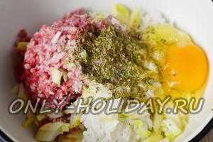 в фарш разбить яйцо, добавить специи, рис и лук