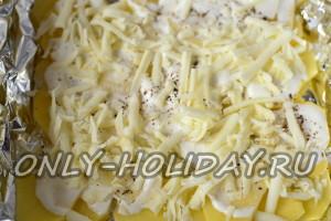 Посыпать слой картофеля сыром