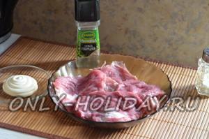 Отбить кусочки мяса для рулетиков