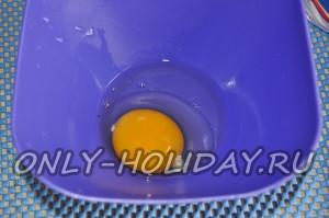 Вбейте яйцо в пластиковую посуду
