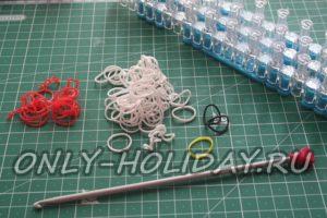 Материалы и инструменты для плетения петуха из резинок
