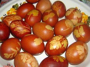 Как покрасить яйца в луковой шелуе