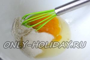 В отдельную посуду разбиваем куриное яйцо, добавляем к нему сахарный песок и разрыхлитель