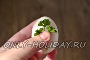 выбираем красивые веточки петрушки и накладываем их на яйца
