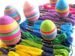 Покраска яиц на Пасху нитками мулине
