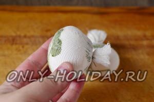 связываем зелень на яйце нитками, лишний кусок марли и нитки обрезаем