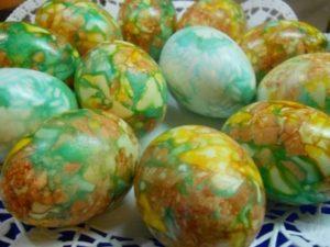 Окраска яиц луковой шелухой с зеленкой