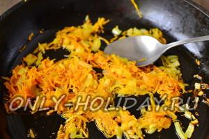 Обжарить морковь и лук на сковороде