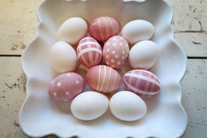 Как красиво покрасить яйца на Пасху своими руками в домашних условиях