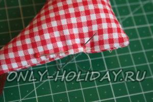 Скалываем булавкой место, не застроченное, и затем аккуратно сшиваем его  невидимым швом