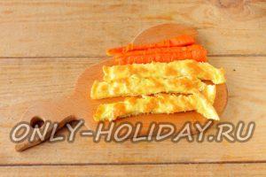 Готовим начинку из омлета и моркови для рулетиков