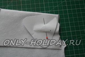 Приколем выкройку булавкой к ткани