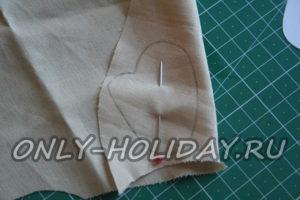 Поверх  ткани расположим выкройку крыла и прорисуем ее по контуру.