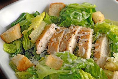 "Салат ""Цезарь"" с курицей в домашних условиях: рецепт с фото"
