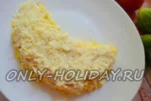 выложить слой тертого сыра