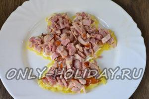Выложить слой куриного мяса