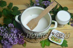 Растворить дрожжи в молоке