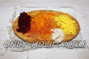 Подготовить овощи и яйцо для украшения салата Сельдь под шубой