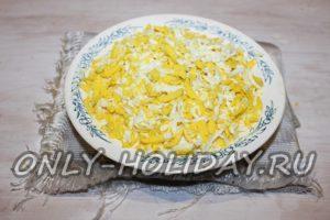 На майонез выложить тертые яйца