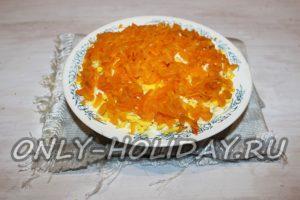 На слой яиц выложить слой моркови