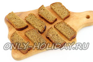 Нарезать хлеб кусочками