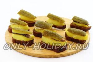 Собрать бутерброды со шпротами